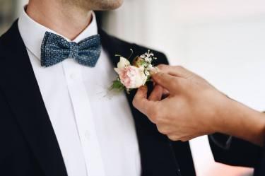 Als Ansteckblume (oder Boutonnière) wählten wir eine kleine Rose mit Grün und kleinen weißen Blüten