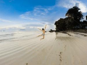 Jeroen springt am Strand