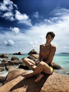 Florian auf Granitfelsen an Anse Lazio