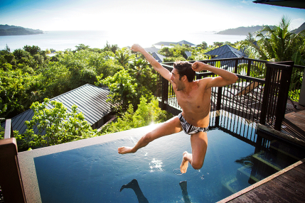 Jeroen springt im Pool