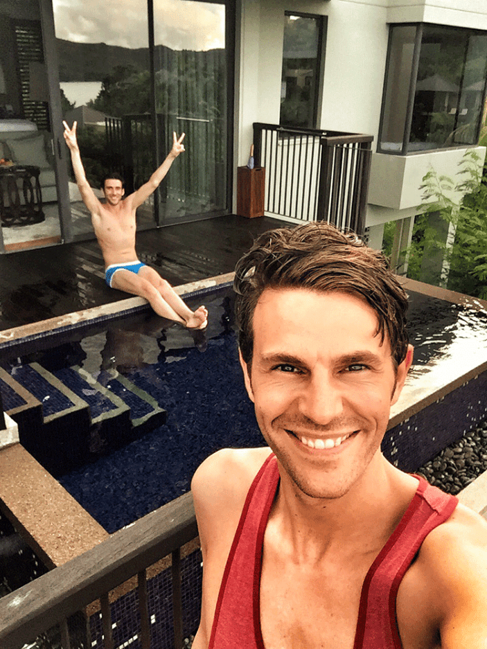 Jeroen & Florian am eigenen Pool im Raffles Resort