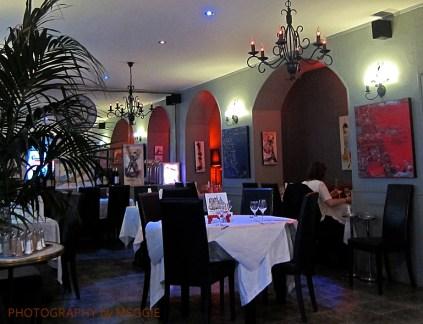 Restaurang med vita dukar