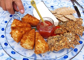 Friterad cemembert med hjortronsylt och naturell med tomatmarmelad på hembakta kex.