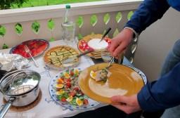 Midsommarmaten bestod av några olika sorters sill, rödbetsgravad lax, sparris- och getostpaj och färskpotatis och till barnen prinskorv, köttbullar och salami. Som avslutning den obligatoriska jordgubbstårtan i form av en Pavlova.