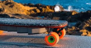 Un skateboard coloré conçu à base de plastique recyclé