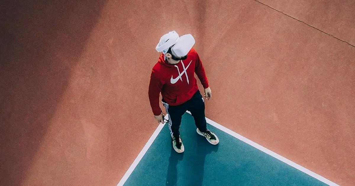 homme vivant une expérience de marque avec un casque VR