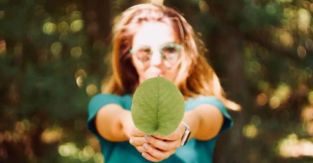 femme représentant le marketing responsable dans la nature