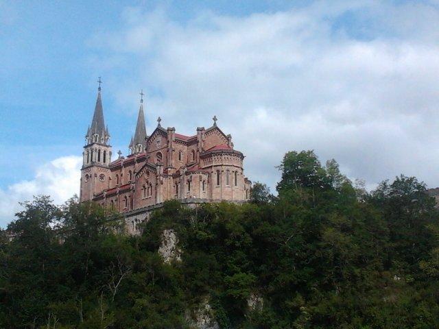 Basílica de Covadonga, vista desde la carretera de Cangas de Onís
