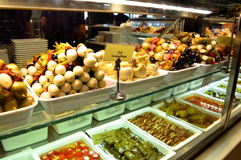 Mercado de San Miguel Madrid Spanje Pinchos, olijven, wijnbladeren