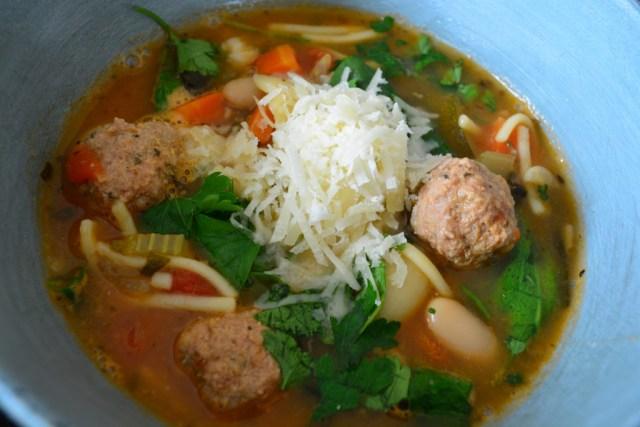 Minestrone soep met gehaktballetjes, Parmezaanse kaas, vermicelli, bladpeterselie, wortel, bonen en bleekselderij