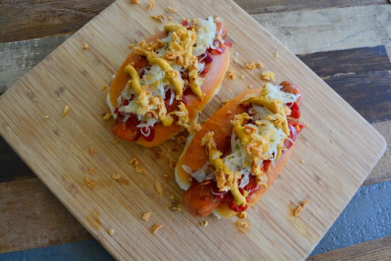 Hotdogs met mosterd, heinz ketchup, zuurkool en tomaten relish