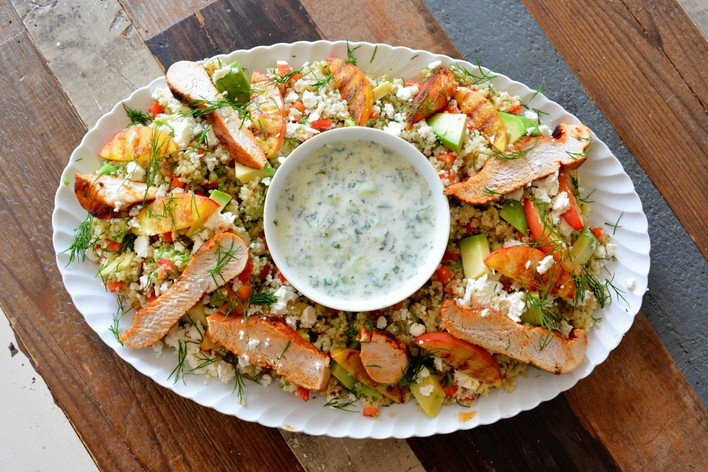 Quinoa & Couscous salade met kalkoen en gegrilde nectarine, tzatziki, dille, avocado, paprika