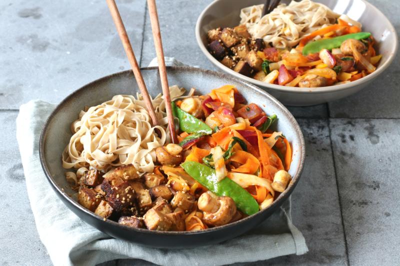 Volkoren rijst noedels met woksaus groenten en tofu www.jaimyskitchen.nl