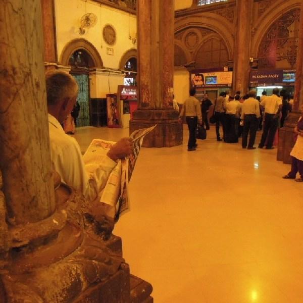 Hall de gare à Bombay. C'est bien écrit dans le journal