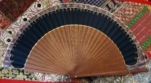 Eventail en bois de kotibé et coton peint à la main
