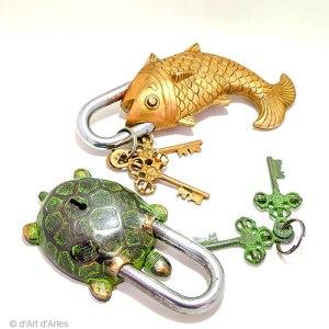 Cadenas en bronze, formes poisson et tortue