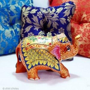 Eléphant en bois peint