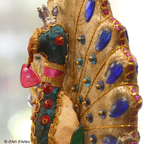 Paon à suspendre en tissu brodé de perles et de sequins