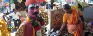Danseur grimé au marché à Pondicherry