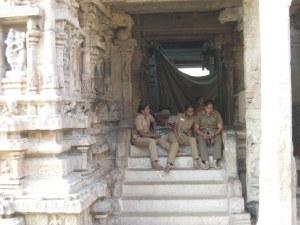 Gardiennes au temple de Tiruchirapeli