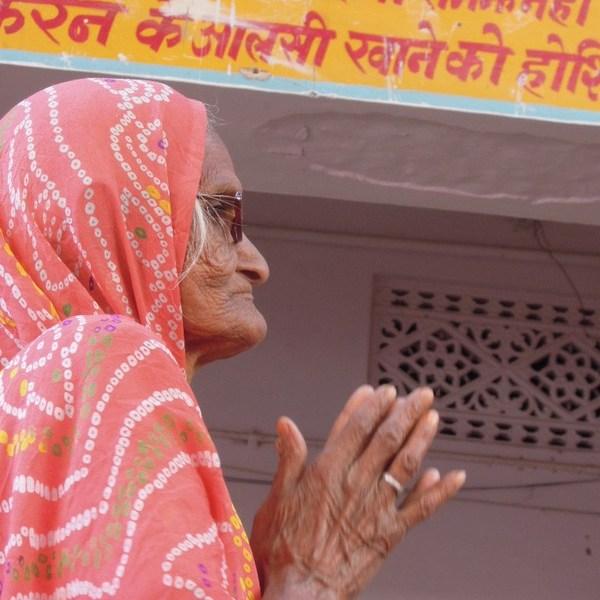 Fête des fleurs au Krishna temple à Pushkar, une fervante