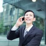 笑顔で電話する営業マン
