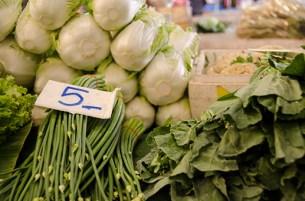 Choux et autres verdures qui se retrouvent dans les soupes - marché de Lampang