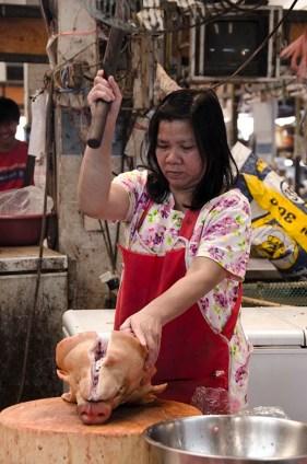 Découpe d'une tête de porc - marché de Lampang
