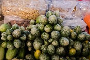 Petites aubergines qu'on met dans les curry - marché de Lampang