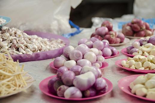 Petites têtes d'oignons qu'on laisse entière, juste cuites et croquantes - Marché de Lampang