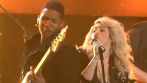 "Shakira & Usher return to ""The Voice"""