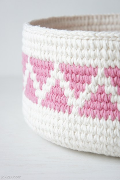 Geometric Crochet Basket by jakigu.com | triangles and chevron