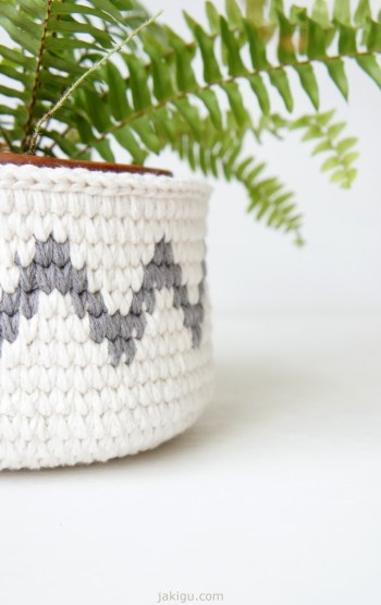 Crochet basket with chevron detail | jakigu.com crochet pattern and photo guide