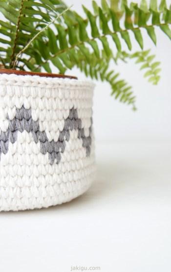 Crochet basket with chevron detail   jakigu.com crochet pattern and photo guide