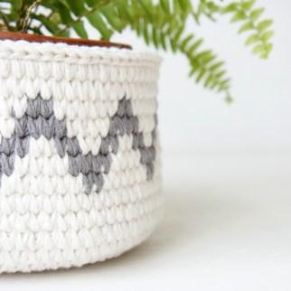 Crochet basket with chevron detail | jakigu.com crochet pattern and photo guide