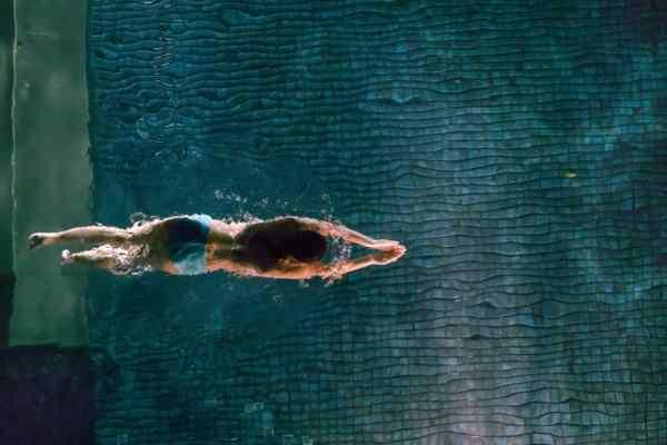 Jak chronić włosy przed chlorowaną lub słoną wodą, chlorem na basenie, promieniami uv i mrozem?