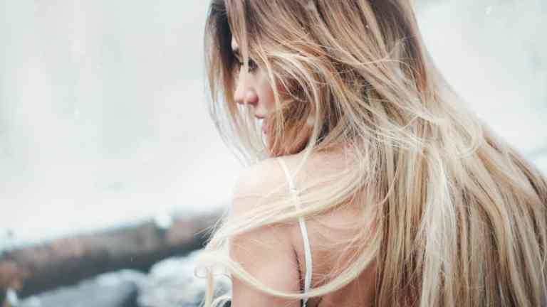 Jak sprawić, aby włosy szybciej rosły? Wcierki!