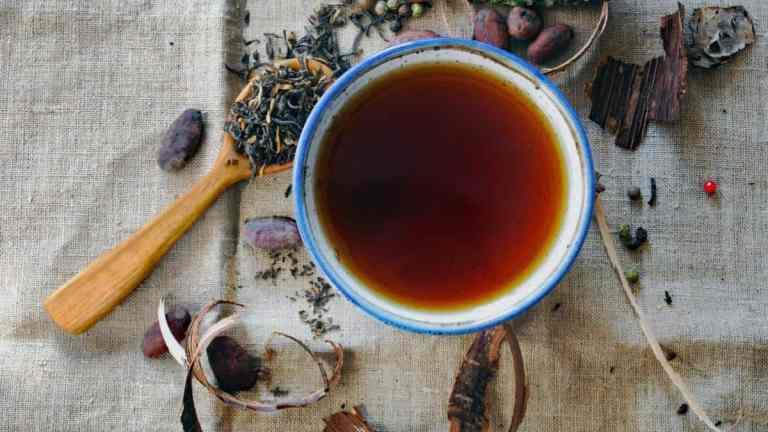 Płukanka z herbaty | Jak naturalnie farbować włosy?