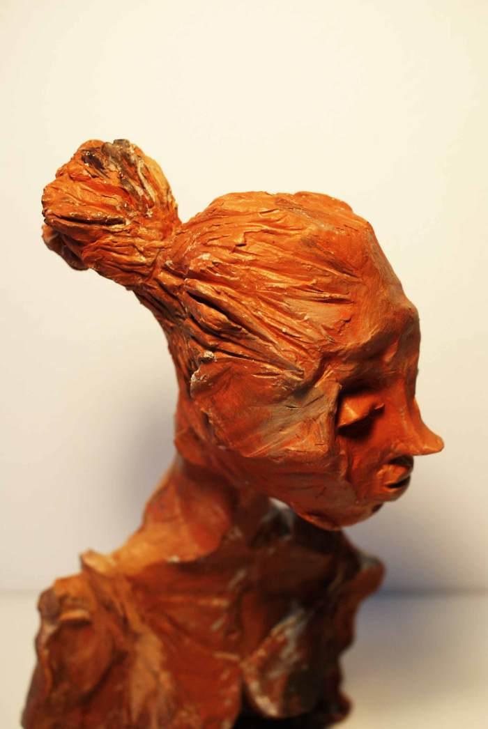 Skulptur af kvinde inden hun bliver moder