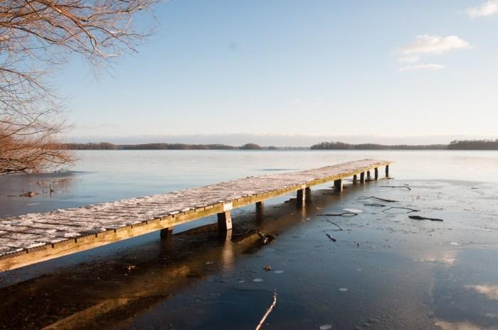 Ganz klar ist das Wasser unten am großen Plöner See.