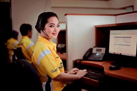 Petugas contact center Adira Insurance tampak sedang bersiap diri menerima panggilan dari pelanggan. (istimewa)