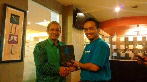 Direktur Operasional PT Jakarta Tourisindo achmad Mustofa menerima penghargaan dari Traveloka. (istimewa)