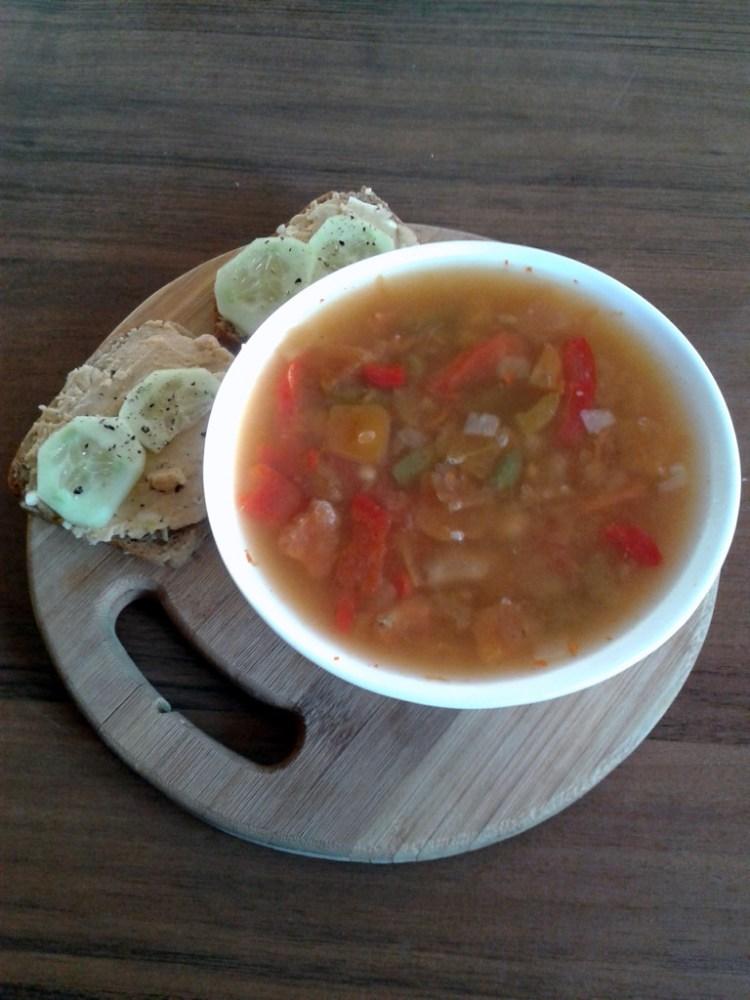 ostra zupa węgierska z mrożonki i kanapeczki z hummusem