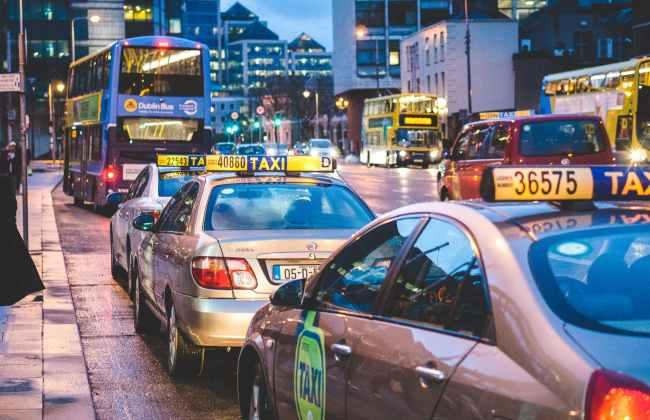 都会のタクシー渋滞風景