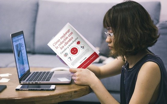 chica lee libro Cómo mejorar la relación con los clientes