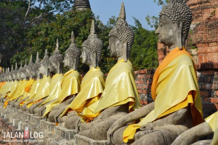 Patung Budha duduk rapi