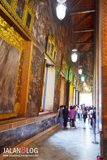 Lukisan indah di dinding kuil