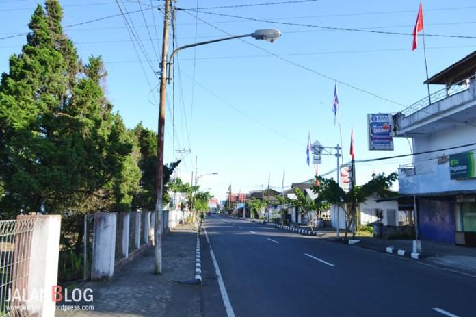 Jalan utama Kota Tomohon yang sempit namun bersih