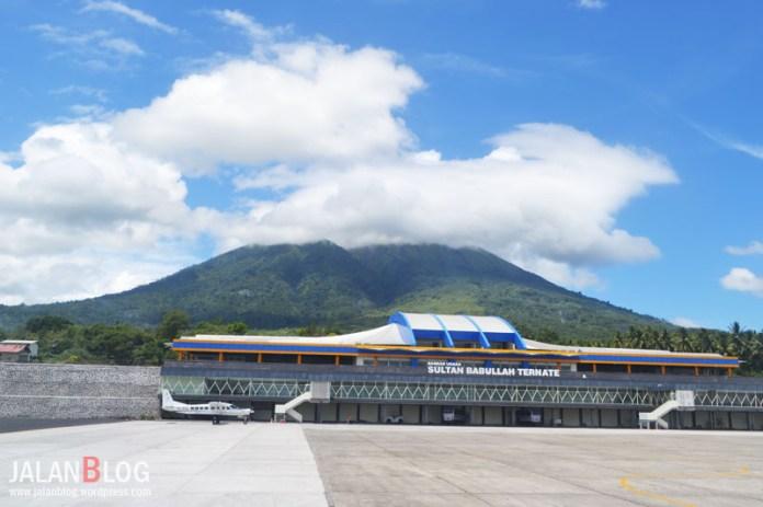 Bandara Sultan Babullah Ternate dengan Latar belakang Gunung Gamalama