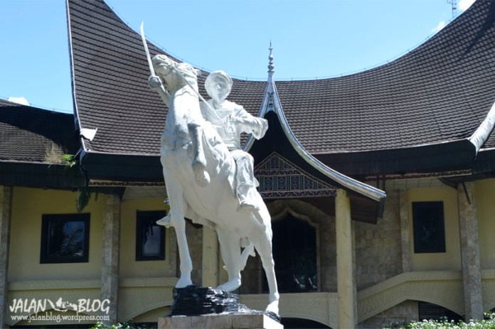 Patung di depan Museum Imam Bonjol, Pasaman. Sumbar. Posenya mirip dengan relief